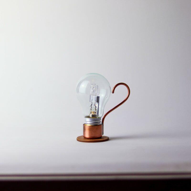 ALADIM novas 2 scaled Aladim.  A Aladim evoca o design atemporal e mágico de uma lâmpada a óleo. Como as outras relâmpadas, funciona sem fio: perfeita para uma luz ambiente e um clima intimista, por exemplo sobre uma mesa de refeições.  Esta luminária é assinada pelo designer Cesar Burgos e integra uma série limitada.  Prazo de envio: Como todas as peças são feitas artesanalmente, pedimos até 20 dias de prazo para que as peças sejam preparadas e entregues aos Correios (não inclui o tempo do frete).