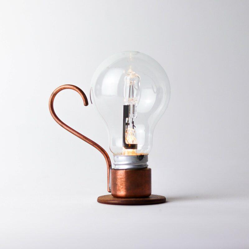 ALADIM novas 3 scaled Aladim.  A Aladim evoca o design atemporal e mágico de uma lâmpada a óleo. Como as outras relâmpadas, funciona sem fio: perfeita para uma luz ambiente e um clima intimista, por exemplo sobre uma mesa de refeições.  Esta luminária é assinada pelo designer Cesar Burgos e integra uma série limitada.  Prazo de envio: Como todas as peças são feitas artesanalmente, pedimos até 20 dias de prazo para que as peças sejam preparadas e entregues aos Correios (não inclui o tempo do frete).