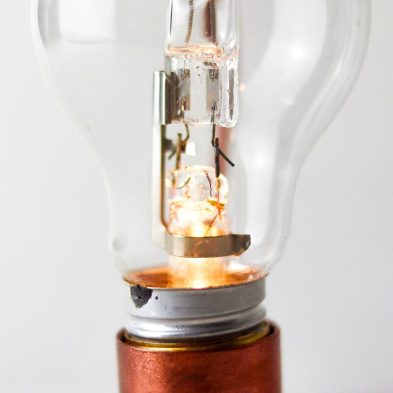 ALADIM novas 9 scaled Aladim.  A Aladim evoca o design atemporal e mágico de uma lâmpada a óleo. Como as outras relâmpadas, funciona sem fio: perfeita para uma luz ambiente e um clima intimista, por exemplo sobre uma mesa de refeições.  Esta luminária é assinada pelo designer Cesar Burgos e integra uma série limitada.  Prazo de envio: Como todas as peças são feitas artesanalmente, pedimos até 20 dias de prazo para que as peças sejam preparadas e entregues aos Correios (não inclui o tempo do frete).