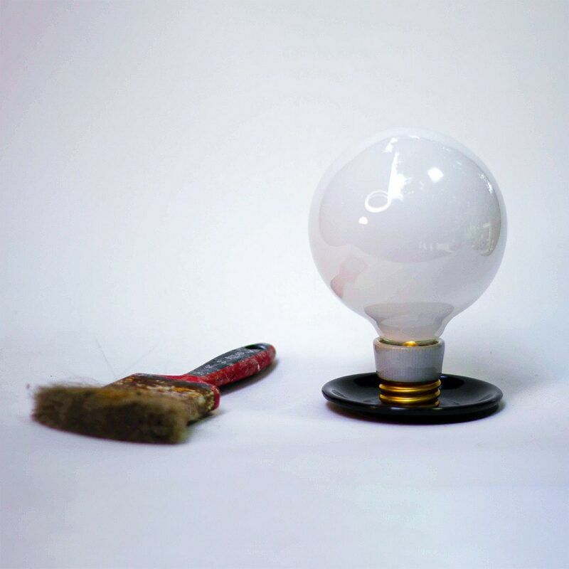 """DECOR URBANO CB 2019 maio 397 1 Balão.   A Balão é um dos modelos deRelâmpada.A introdução de um LED no interior do bulbo permite que a lâmpada seja acesa sem fio. Trata-se da ideia de lâmpada pura, liberta de tudo o que não seja a sua essência.A luz produzida pode ser definida como """"luz de penumbra"""" ou """"luz intimista"""".  Esta luminária é assinada pelo designer Cesar Burgos e integra uma série limitada.  Prazo de envio: Como todas as peças são feitas artesanalmente, pedimos até 20 dias de prazo para que as peças sejam preparadas e entregues aos Correios (não inclui o tempo do frete)."""
