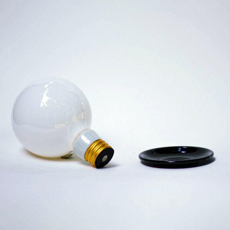 """DECOR URBANO CB 2019 maio 408 1 Balão.   A Balão é um dos modelos deRelâmpada.A introdução de um LED no interior do bulbo permite que a lâmpada seja acesa sem fio. Trata-se da ideia de lâmpada pura, liberta de tudo o que não seja a sua essência.A luz produzida pode ser definida como """"luz de penumbra"""" ou """"luz intimista"""".  Esta luminária é assinada pelo designer Cesar Burgos e integra uma série limitada.  Prazo de envio: Como todas as peças são feitas artesanalmente, pedimos até 20 dias de prazo para que as peças sejam preparadas e entregues aos Correios (não inclui o tempo do frete)."""