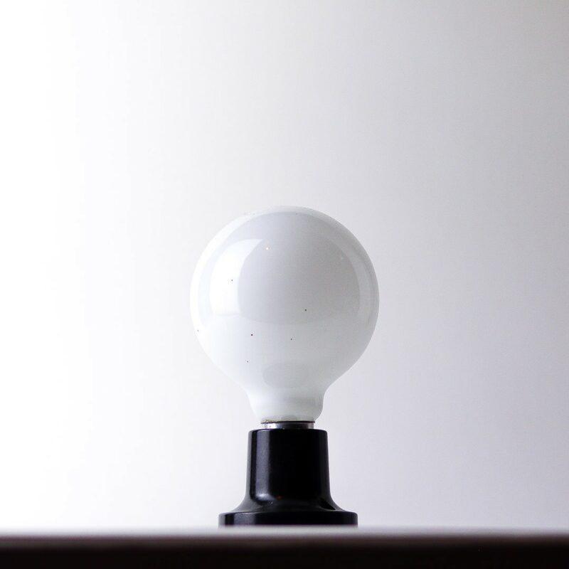 IMG 7293 Relâmpada B&W  Luz difusa, a Relâmpada com maior luminosidade da série Relâmpadas.  Esta luminária é assinada pelo designer Cesar Burgos e integra uma séria limitada.  Prazo de envio: Como todas as peças são feitas artesanalmente, pedimos até 20 dias de prazo para que as peças sejam preparadas e entregues aos Correios (não inclui o tempo do frete).