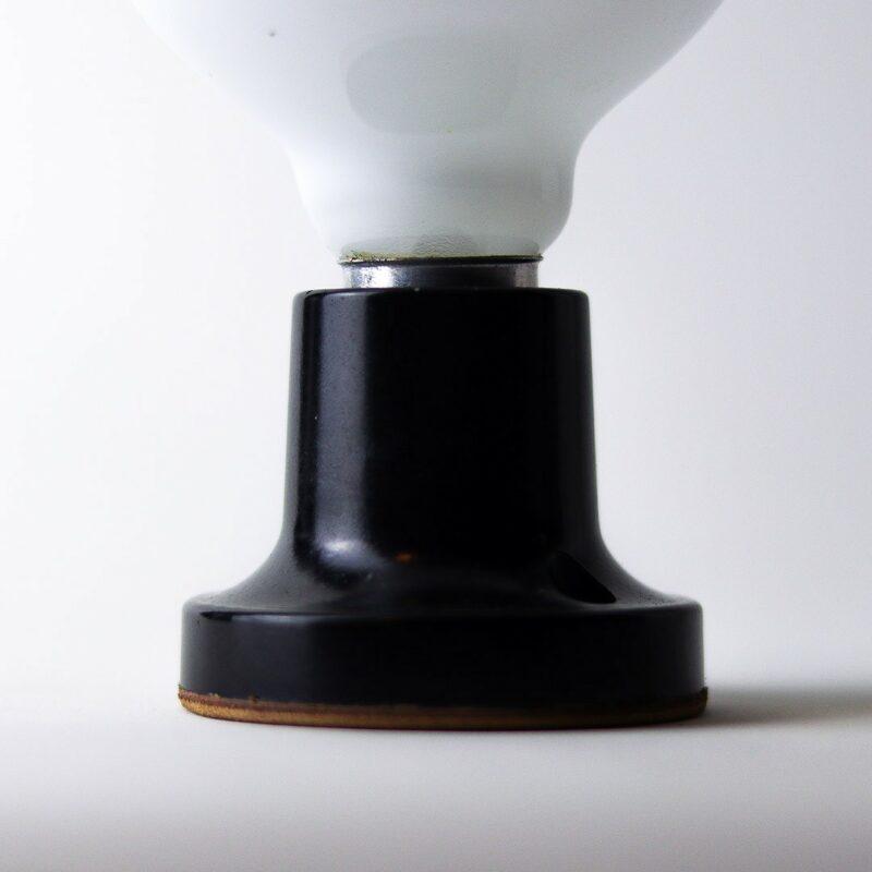 IMG 7295 Relâmpada B&W  Luz difusa, a Relâmpada com maior luminosidade da série Relâmpadas.  Esta luminária é assinada pelo designer Cesar Burgos e integra uma séria limitada.  Prazo de envio: Como todas as peças são feitas artesanalmente, pedimos até 20 dias de prazo para que as peças sejam preparadas e entregues aos Correios (não inclui o tempo do frete).