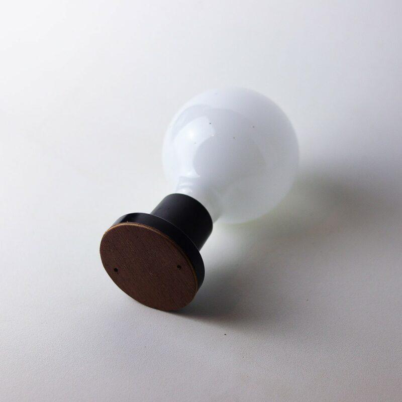IMG 7299 Relâmpada B&W  Luz difusa, a Relâmpada com maior luminosidade da série Relâmpadas.  Esta luminária é assinada pelo designer Cesar Burgos e integra uma séria limitada.  Prazo de envio: Como todas as peças são feitas artesanalmente, pedimos até 20 dias de prazo para que as peças sejam preparadas e entregues aos Correios (não inclui o tempo do frete).