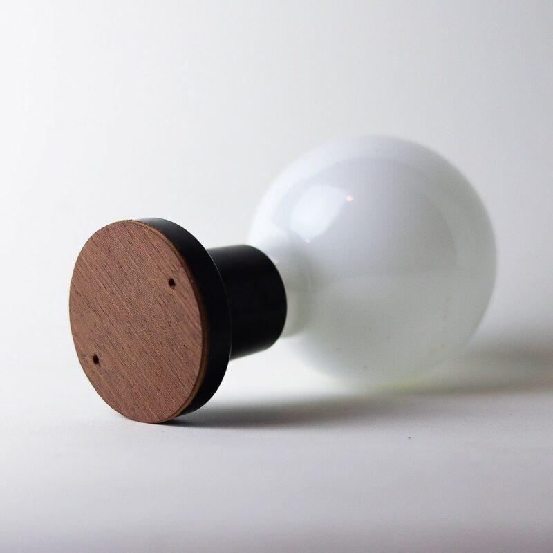 IMG 7301 Relâmpada B&W  Luz difusa, a Relâmpada com maior luminosidade da série Relâmpadas.  Esta luminária é assinada pelo designer Cesar Burgos e integra uma séria limitada.  Prazo de envio: Como todas as peças são feitas artesanalmente, pedimos até 20 dias de prazo para que as peças sejam preparadas e entregues aos Correios (não inclui o tempo do frete).