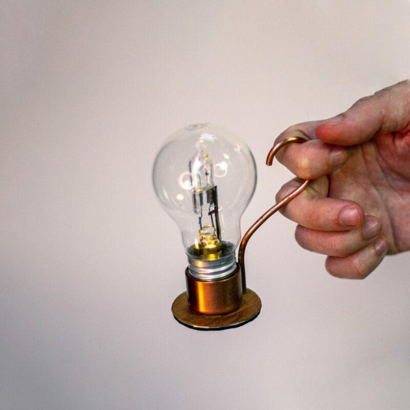 aladim 03 scaled Aladim.  A Aladim evoca o design atemporal e mágico de uma lâmpada a óleo. Como as outras relâmpadas, funciona sem fio: perfeita para uma luz ambiente e um clima intimista, por exemplo sobre uma mesa de refeições.  Esta luminária é assinada pelo designer Cesar Burgos e integra uma série limitada.  Prazo de envio: Como todas as peças são feitas artesanalmente, pedimos até 20 dias de prazo para que as peças sejam preparadas e entregues aos Correios (não inclui o tempo do frete).