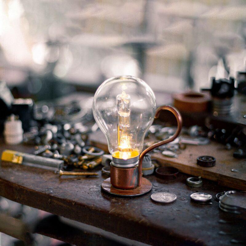 aladim 04 Aladim.  A Aladim evoca o design atemporal e mágico de uma lâmpada a óleo. Como as outras relâmpadas, funciona sem fio: perfeita para uma luz ambiente e um clima intimista, por exemplo sobre uma mesa de refeições.  Esta luminária é assinada pelo designer Cesar Burgos e integra uma série limitada.  Prazo de envio: Como todas as peças são feitas artesanalmente, pedimos até 20 dias de prazo para que as peças sejam preparadas e entregues aos Correios (não inclui o tempo do frete).