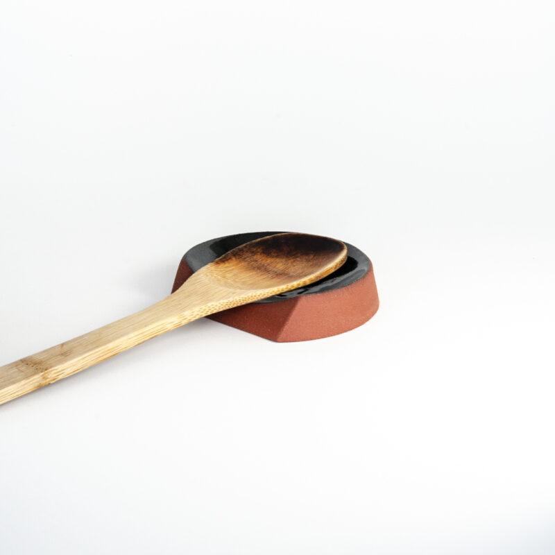 Descanso 04 Aquele descanso para os utensílios de cozinha enquanto esquenta a barriga no fogão.  - Materiais e acabamentos: Terracota com interior esmaltado em branco ou verde.  - Medidas aproximadas (comprimento x largura x altura): 11 x 9,5 x 2,5 cm.  - Prazo de envio: As peças serão preparadas e entregues aos Correios em até 20 dias (não inclui o tempo do frete). Todos os ítens da série Chanfro são feitos artesanalmente, no estúdio da Breve Cerâmica, por meio de diversos processos manuais, entre os quais a reprodução em molde, acabamento, secagem, queima, aplicação de esmalte e segunda queima.