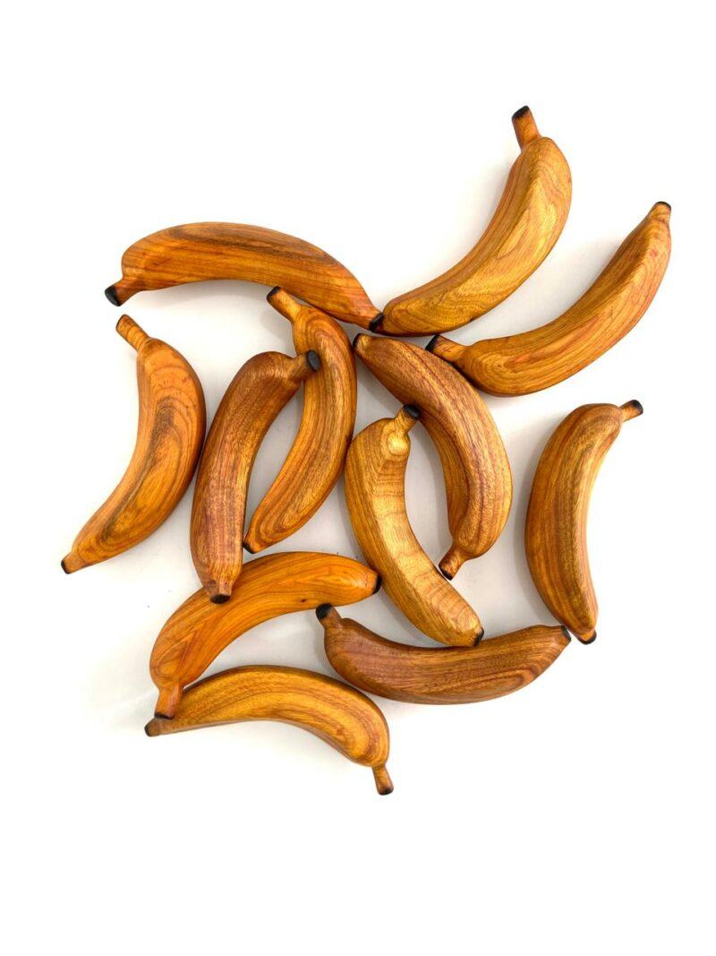 Banana Duzia 01 Banana esculpida manualmente em araibá. Da série: de se comer com os olhos.  Materiais: Araibá com acabamento natural em cera de abelha.  Medidas aproximadas (comprimento x largura x altura): 15 x 6 x 7 cm.  Prazo de envio: Como todas as peças são feitas artesanalmente, pedimos até 15 dias de prazo para que as peças sejam preparadas e entregues aos Correios (não inclui o tempo do frete). Peças em estoque serão enviadas imediatamente.