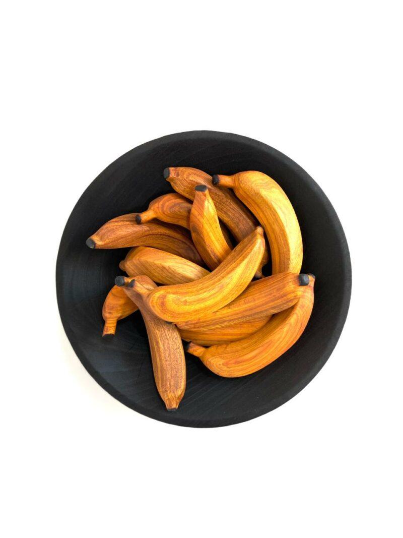 Banana Duzia 02 Banana esculpida manualmente em araibá. Da série: de se comer com os olhos.  Materiais: Araibá com acabamento natural em cera de abelha.  Medidas aproximadas (comprimento x largura x altura): 15 x 6 x 7 cm.  Prazo de envio: Como todas as peças são feitas artesanalmente, pedimos até 15 dias de prazo para que as peças sejam preparadas e entregues aos Correios (não inclui o tempo do frete). Peças em estoque serão enviadas imediatamente.