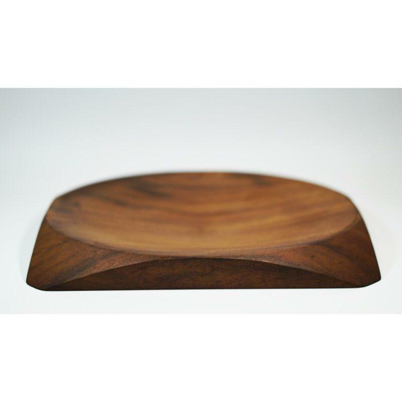 Centro de Mesa 02 Centro de mesa em madeira maciça imbuia, torneada manualmente.  Peça numerada e assinada.  Materiais: Imbúia maciçacom acabamento natural em cera de abelha.  Medidas aproximadas: 40 cm x 3 cm x 40 cm (LxAxP).  Prazo de envio: Como todas as peças são feitas artesanalmente, pedimos até 15 dias de prazo para que as peças sejam preparadas e entregues aos Correios (não inclui o tempo do frete). Peças em estoque serão enviadas imediatamente.