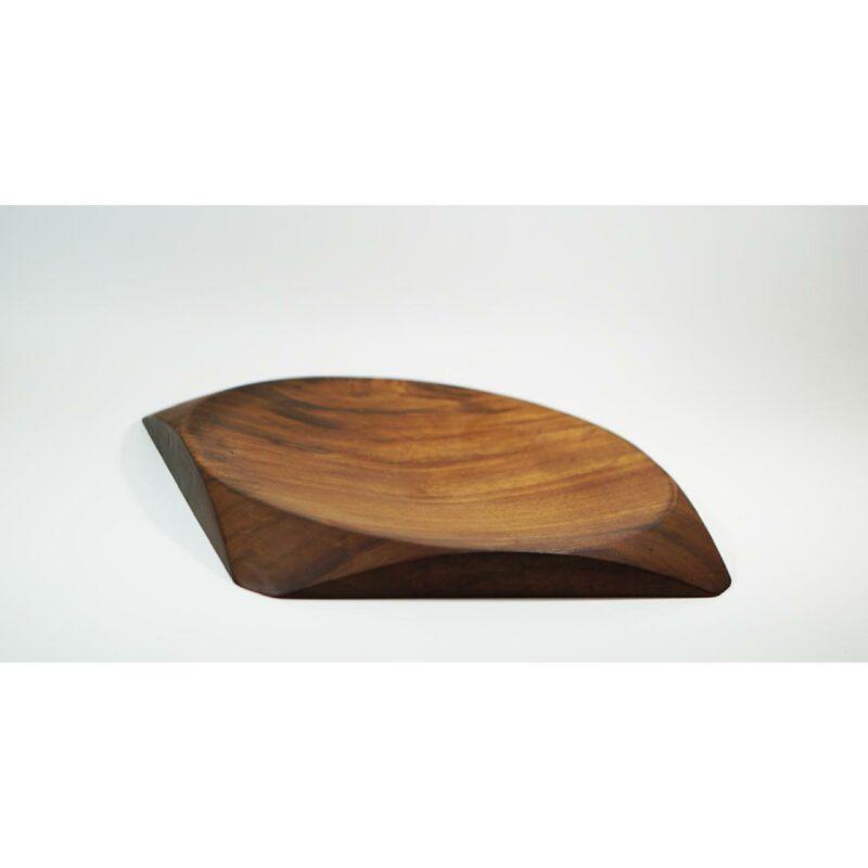 Centro de Mesa 03 Centro de mesa em madeira maciça imbuia, torneada manualmente.  Peça numerada e assinada.  Materiais: Imbúia maciçacom acabamento natural em cera de abelha.  Medidas aproximadas: 40 cm x 3 cm x 40 cm (LxAxP).  Prazo de envio: Como todas as peças são feitas artesanalmente, pedimos até 15 dias de prazo para que as peças sejam preparadas e entregues aos Correios (não inclui o tempo do frete). Peças em estoque serão enviadas imediatamente.