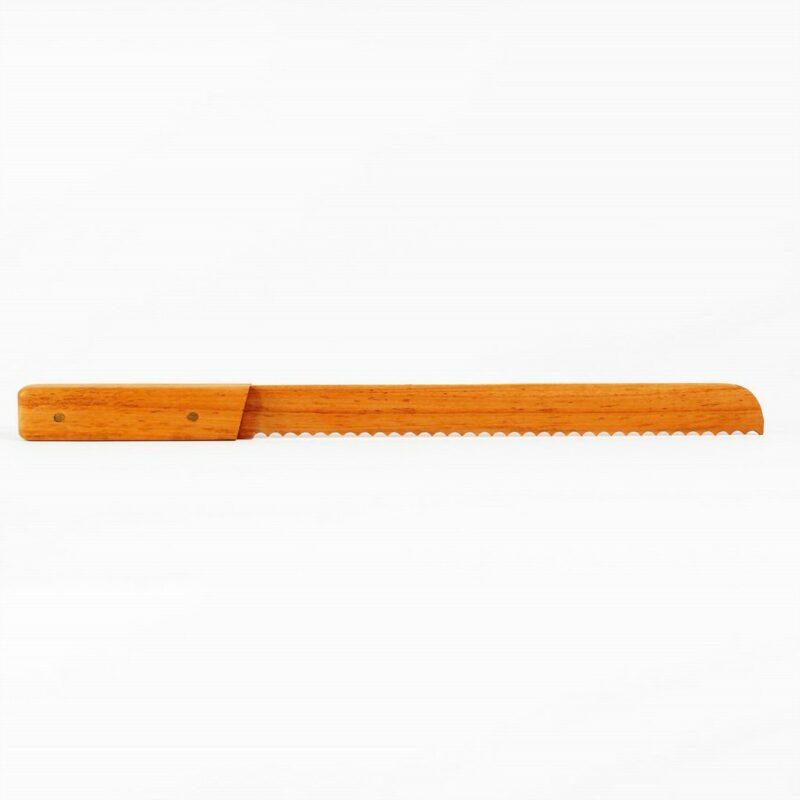b15e6a7abf Faca de serra edição limitada produzida artesanalmente em madeira muirapiranga. Ideal para pães, bolos e similares, e o mais legal, não arranha a sua tábua de madeira!  Peça numerada e assinada.  Materiais: madeira muirapiranga.  Medidas aproximadas: 40 cm x 3 cm x 2 cm (LxAxP).  Prazo de envio: Como todas as peças são feitas artesanalmente, pedimos até 15 dias de prazo para que as peças sejam preparadas e entregues aos Correios (não inclui o tempo do frete).