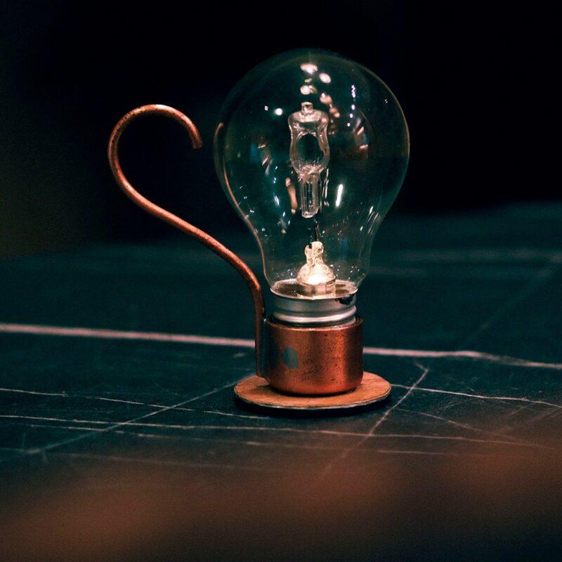 Decor Urbano Morar Mais 259 Aladim.  A Aladim evoca o design atemporal e mágico de uma lâmpada a óleo. Como as outras relâmpadas, funciona sem fio: perfeita para uma luz ambiente e um clima intimista, por exemplo sobre uma mesa de refeições.  Esta luminária é assinada pelo designer Cesar Burgos e integra uma série limitada.  Prazo de envio: Como todas as peças são feitas artesanalmente, pedimos até 20 dias de prazo para que as peças sejam preparadas e entregues aos Correios (não inclui o tempo do frete).