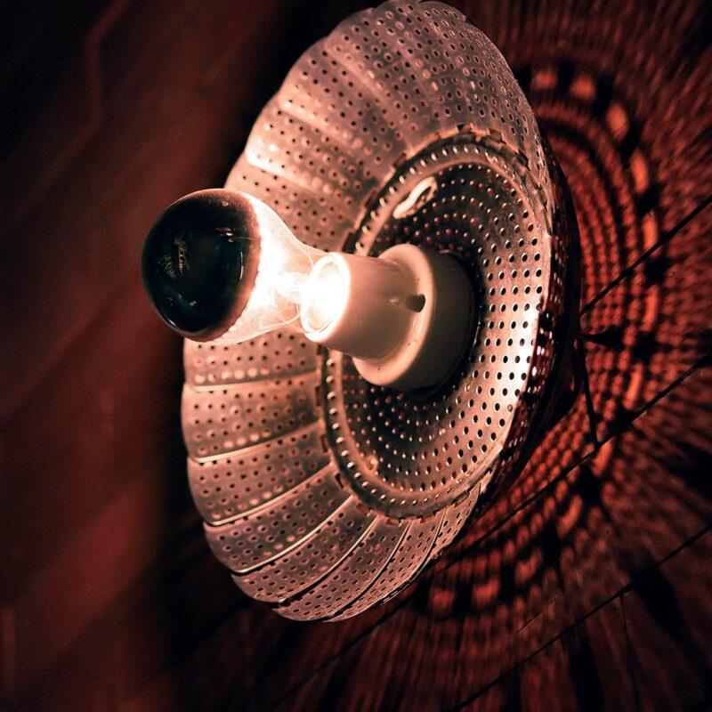 """Decor Urbano Morar Mais 74 Mandala.  Após figurar como peça única na capa do convite da exposição Esculturas de Luz, em 2004, a Mandala tornou-se a primeira escultura seriada do Burgos Studio. O abrir e fechar das """"pétalas"""" da Mandala produz um efeito de luz e sombra que sugere uma tapeçaria ou uma mandala.  Esta luminária é assinada pelo designer Cesar Burgos e integra uma série limitada.  Prazo de envio: Como todas as peças são feitas artesanalmente, pedimos até 20 dias de prazo para que as peças sejam preparadas e entregues aos Correios (não inclui o tempo do frete)."""