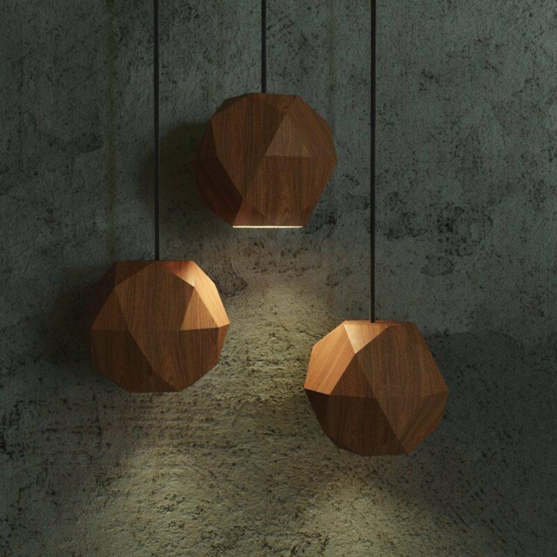 120203927 3412539278833662 2490362820343544122 n A Luminária Icosi é inspirada nos Sólidos de Arquimedes, mais especificamente o Icosidodecaedro, um poliedro composto de faces em formato de triângulos e pentágonos.  O formato da cúpula que direciona o foco de luz para baixo é ideal para criar um ambiente confortável. Seja como um spot sobre a mesa de jantar, como uma fonte de luz indireta trazendo um clima mais aconchegante ao ambiente ou como uma luminária de cabeceira para leitura noturna, essa peça trás ao usuário um grande leque de opções.  Feito para quem busca um toque de sofisticação dentro de casa com uma peça leve e versátil sem abrir mão de um desenho contemporâneo.  Prazo de envio: Como todas as peças são feitas artesanalmente, pedimos até 30 dias de prazo para que as peças sejam preparadas e entregues aos Correios (não inclui o tempo do frete).
