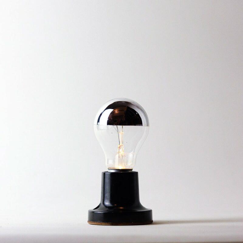 IMG 7855 Relâmpada VNI (Vidas Negras Importam).  VNI projeta a luz para baixo, proporcionando luminosidade mais intimista e concentrada ao redor do próprio corpo.  Prazo de envio: Como todas as peças são feitas artesanalmente, pedimos até 20 dias de prazo para que as peças sejam preparadas e entregues aos Correios (não inclui o tempo do frete).