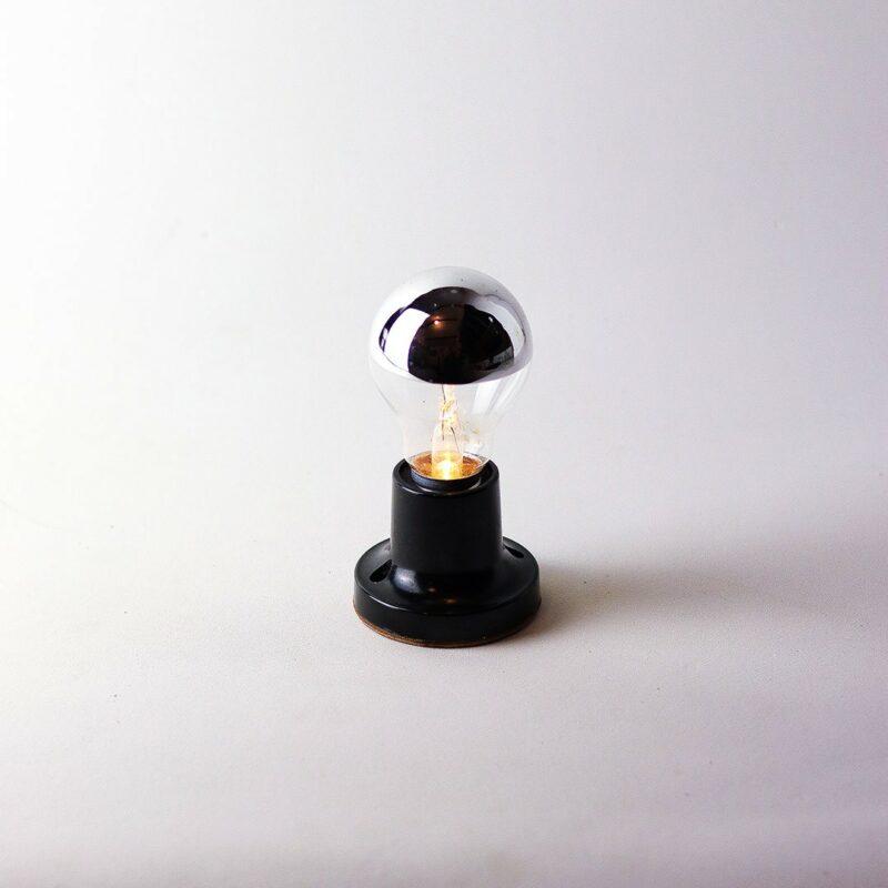 IMG 7856 Relâmpada VNI (Vidas Negras Importam).  VNI projeta a luz para baixo, proporcionando luminosidade mais intimista e concentrada ao redor do próprio corpo.  Prazo de envio: Como todas as peças são feitas artesanalmente, pedimos até 20 dias de prazo para que as peças sejam preparadas e entregues aos Correios (não inclui o tempo do frete).